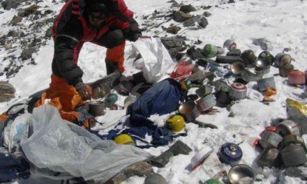 L'Everest invaso dai rifiuti, il governo del Nepal lancia l'allarme
