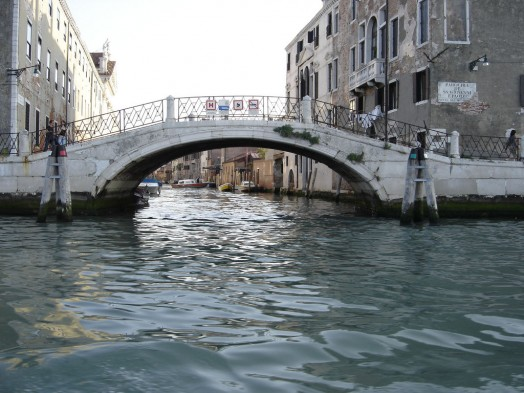 Nei canali di Venezia un rifiuto ogni tredici metri