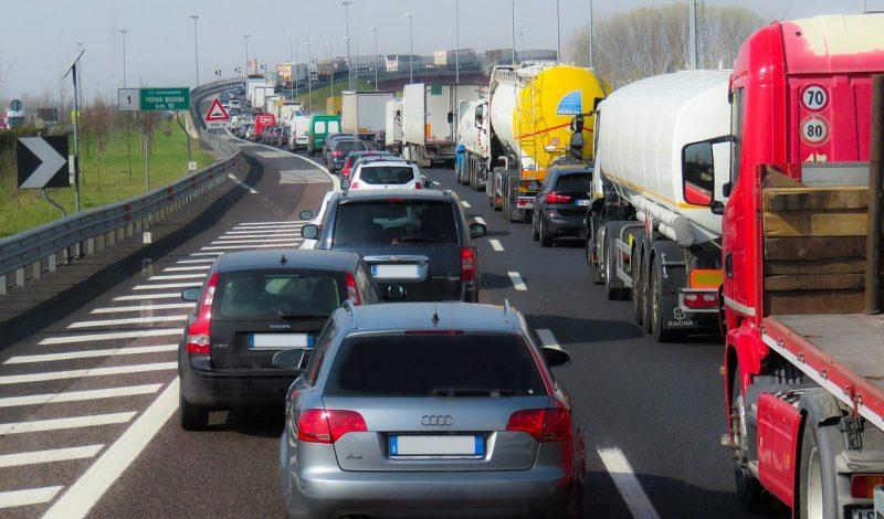 Traffico: imbottigliati due ore al giorno. Ma il 66% degli europei è pronto a guidare di meno