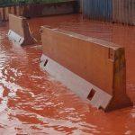 Taranto, continua l'incubo Ilva: fiume rosso e nubi di polveri