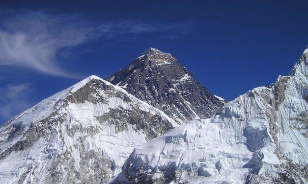 Rifiuti ad alta quota: l'Everest è la discarica più alta del mondo