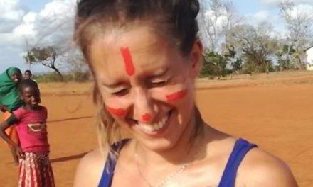 Il sorriso di Silvia Romano nel Paese del fango