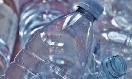 L'urlo di Greenpeace: fermiamo l'invasione delle bottiglie di plastica!